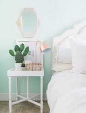 https://archzine.fr/wp-content/uploads/2017/07/chambre-vert-d-eau-nuance-mint-table-de-nuit-blanche-lampe-encuivre-cactus-linge-de-lit-blanc-tapis-gris-e1500366225569.jpg