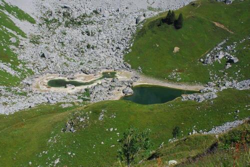 Vue plongeante sur le lac Drbon