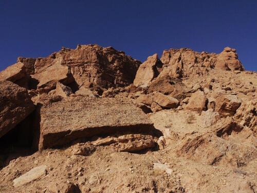 De gros rochers nous surplombent ardiment