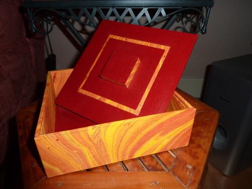 Boîte carrée rouge et jaune 007
