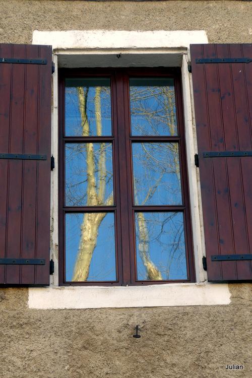 Une fenêtre et deux portes