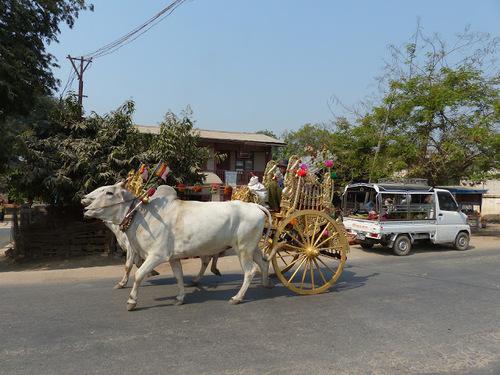 Shin byu ou fête du noviciat dans un village traversé;