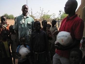 burkina bomborokuy remise des ballons à l'école