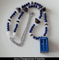 Un collier, une parure et un sautoir