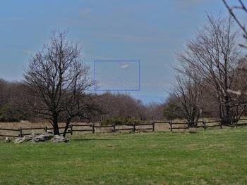Vue vers l'Ouest depuis un col avant le sommet (dans le rectangle, le contenu du zoom ci-contre)