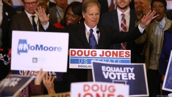 Facebook a suspendu les comptes de cinq américains, y compris d'un imminent chercheur des réseaux sociaux, pour avoir prétendument dirigé une campagne de désinformation politique à la russe, lors de l'élection spéciale du sénat en 2017 en Alabama.
