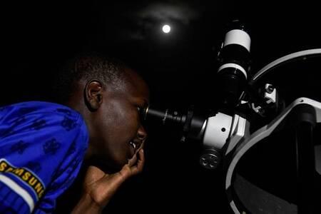 Le monde observe la plus longue éclipse de Lune du XXIème siècle