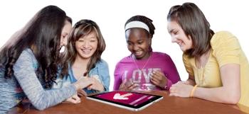 filles qui jouent avec ipad