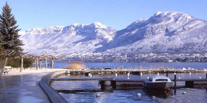 Lac et montagne en hiver