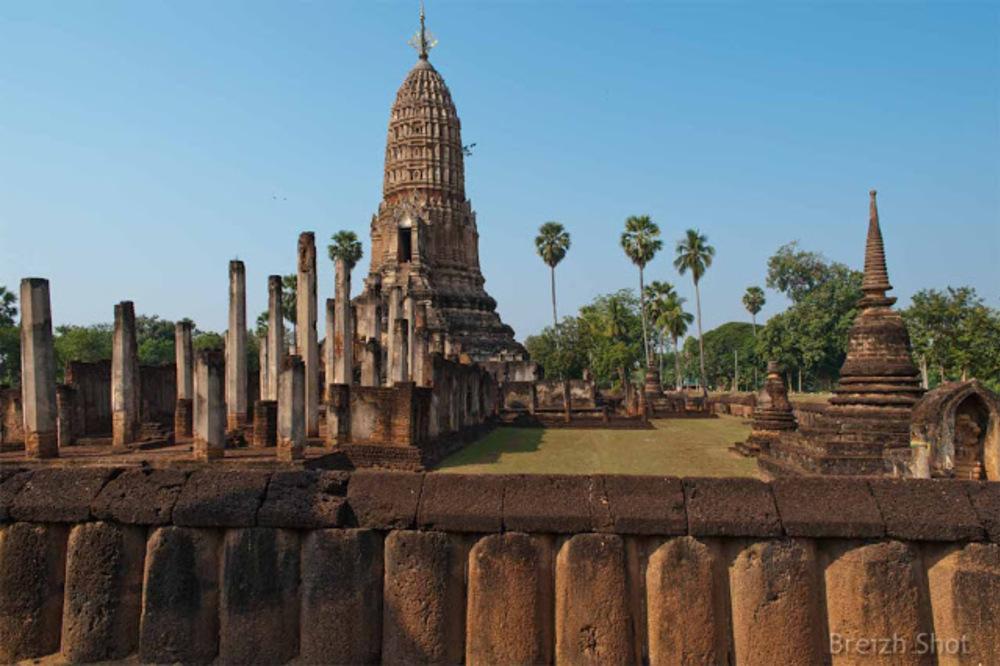 Wat Phra si Rattana Maha That Chaliang - Le mur d'enceinte et les chédis