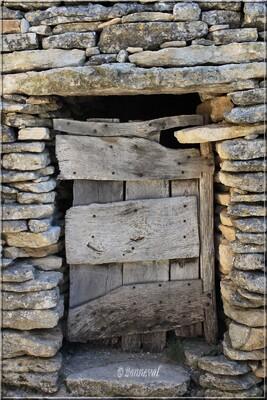Gordes Village des Bories pierres sèches porte de la resserre Vaucluse