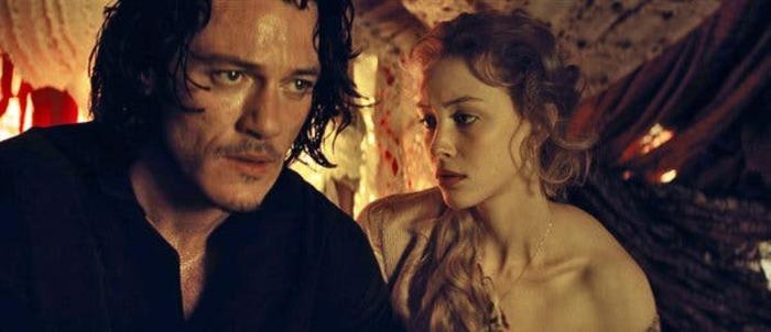 """Luke Evans incarne le prince Vlad, qui demande à un vampire des super pouvoirs dans """"Dracula Untold"""". Sarah Gadon incarne sa femme."""
