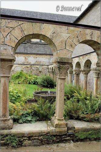 Abbaye de Daoulas Finistère le cloître et la vasque claustrale