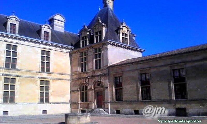 le Château des Ducs d'Epernon a Cadillac vu depuis le jardin
