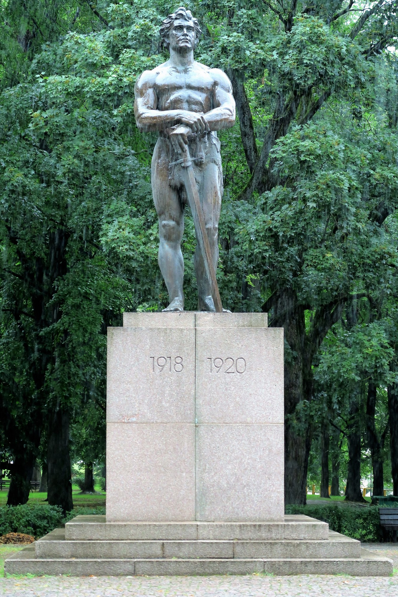 TARTU (EE) : Pour commémorer la guerre d'indépendance de 1918 - 1920 : statue de la Liberté : elle représente Kalevipoeg, (fils de Kalev) héros d'un poème épique, écrit par Friedrich Reinhold Kreutzwald (statue ci-contre)