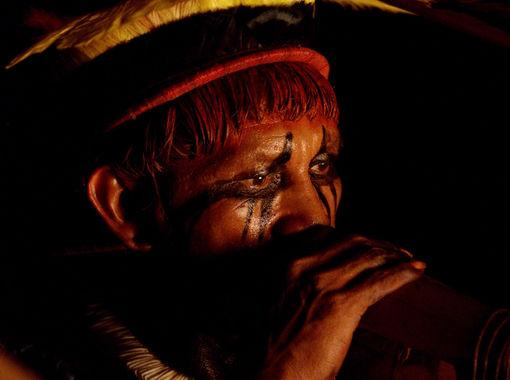 Un membre de la tribu Yawalapiti joue de la flûte Urua