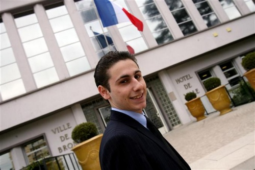 Maxime Verner devant l'H&ocirc;tel de Ville de Bron