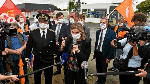 Agnès Pannier-Runacher, ministre déléguée à l'Industrie, a rencontré, lundi 28juillet, des salariés du site Nokia de Lannion et les organisations syndicales.