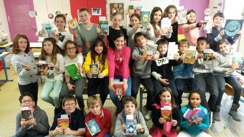 Nous (les élèves de la classe de Mathilde.S) présentons des livres pour le cercle des lecteurs.
