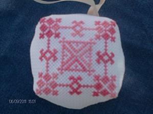 Biscornu-rose-2---IX-2011.JPG