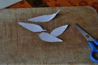 Une petite plume qui vole et qui atterris en décoration