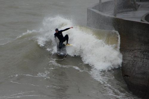 Les surfeurs près du port de Comberge à Saint Michel Chef Chef hier après-midi.