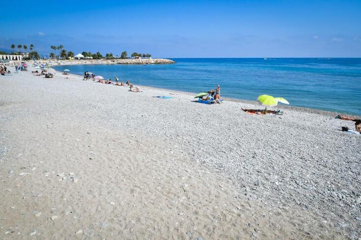 Hier, les plages, normalement remplies en plein cœur de l'été, étaient presque vides. Jeudi, un arrêté a été pris par Menton et Roquebrune à la suite d'un déversement d'eaux usées de la station d'épuration mentonnaise du Bastion.