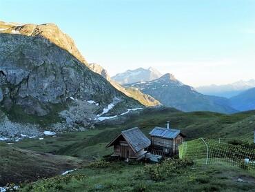 Le Refuge du Fond des Fours (2534 m) très tôt le matin