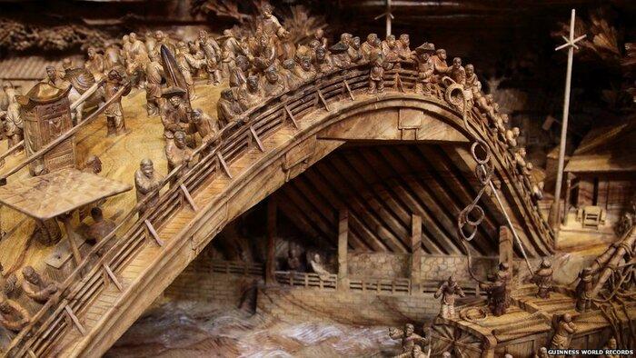 L' artiste chinois a mis 4 ans à la réalisation de cette œuvre des deux côtés du tronc;