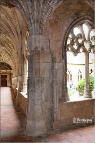 Abbaye de Cadouin le cloître galeries Ouest colonne à l'intersection des galeries