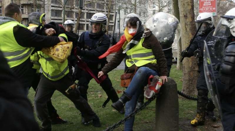 Gilets jaunes: 400 manifestants à Bruxelles, une centaine d'arrestations