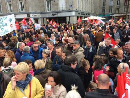 La mobilisation est forte. Ce mardi matin, place de la Liberté, près de 4 000 personnes sont rassemblées.