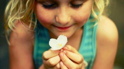 fillette avec une fleur