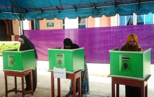 Dans un bureau de vote de la province thaïlandaise de Narathiwat, le 7 août 2016