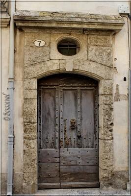 Pézenas Hérault porte cloutée et oculus