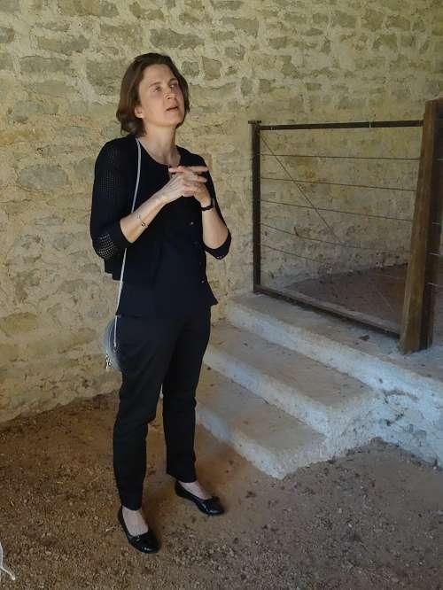 """Amy O'Neill expose d'originaux """"chars de parade"""" dans les communs du château de Bussy Rabutin...."""