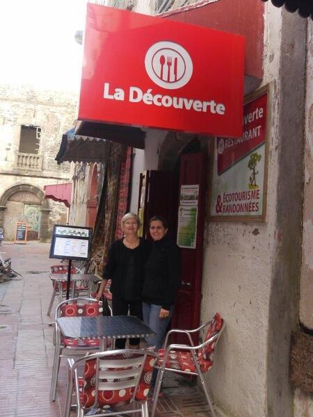 Avec Frédérique devant son restaurant