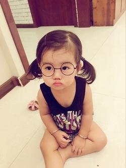 Petite fille à lunettes....