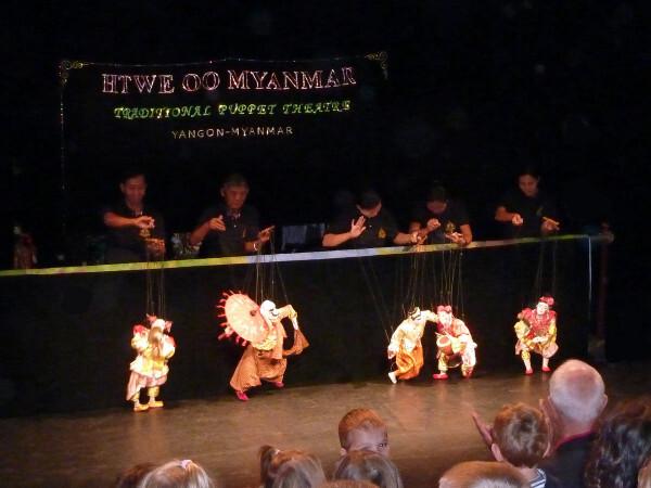Myanmar-la-troupe-salue.jpg