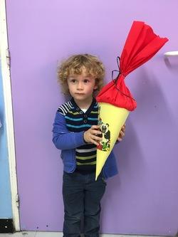 1.Schultag für die neuen Kinder der PS mit der Schultüte