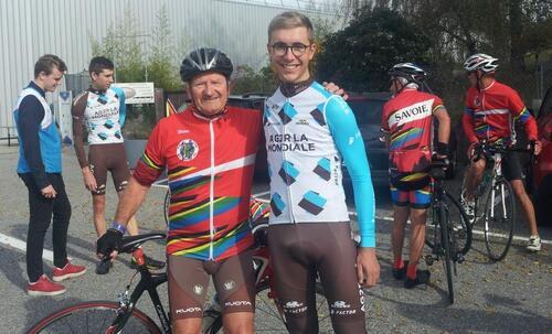 - les Cyclos roulent avec le Champion du Monde....