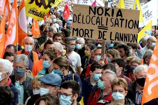 Plusieurs milliers de personnes ont défilé ce samedi, en fin de matinée, à Lannion (Côtes-d'Armor), afin de dénoncer les suppressions de postes chez Nokia. Manifestation en soutien aux salariés de Nokia Lannion, ce samedi 4 juillet 2020 dans le centre-ville de Lannion en Bretagne