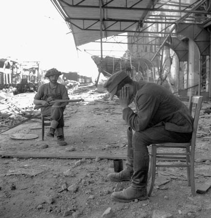 578px-Caen_gare_1944_prisonnier