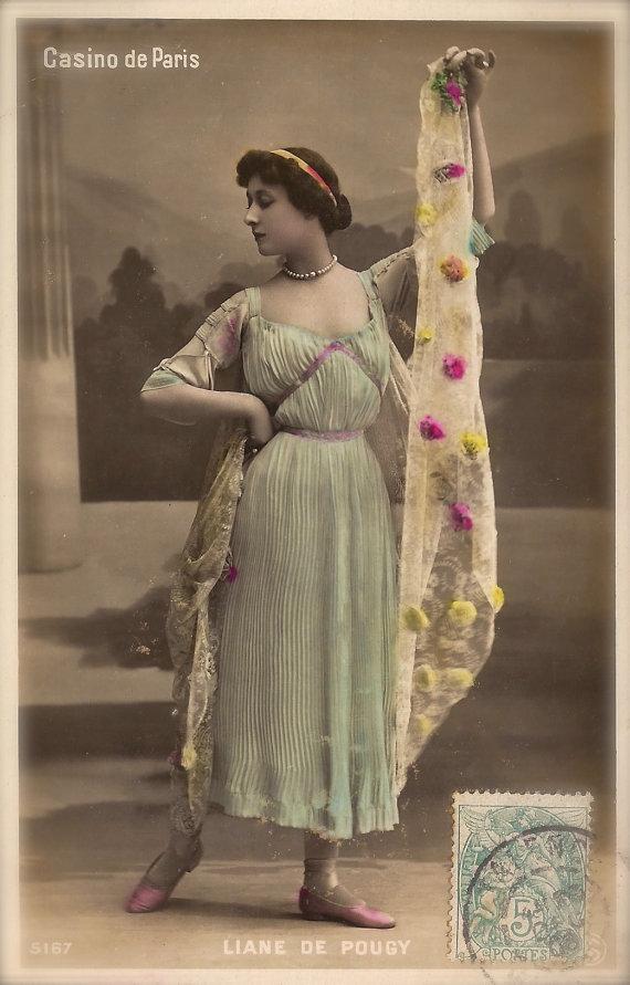 Liane de Pougy, célèbre courtisane parisienne de Belle Epoque dans classique ancienne déesse Costume Original Rare des années 1900 Français main teinté carte postale