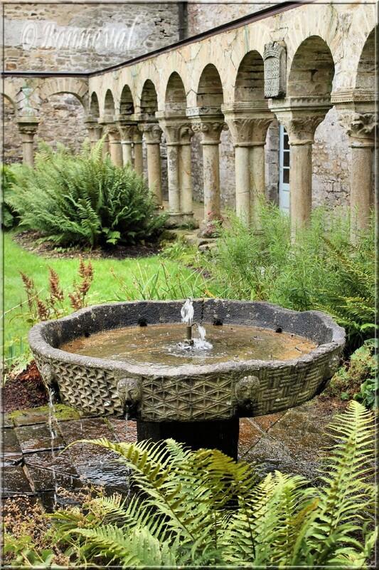 Abbaye de Daoulas Finistère le cloître roman et sa vasque claustrale