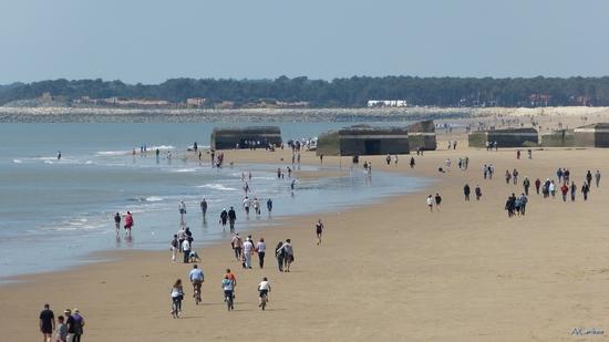 Blockhaus et promeneurs sur la plage