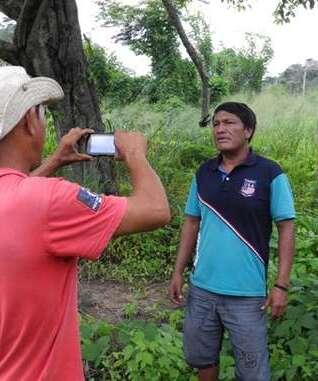 Olimpio Guajajara enregistre une vidéo pour la Campagne 'Voix Indigène'.