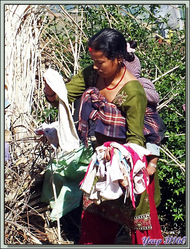 Blog de images-du-pays-des-ours : Images du Pays des Ours (et d'ailleurs ...), Traversée des collines entre Nagarkot et Katmandou: petite lessive - Népal