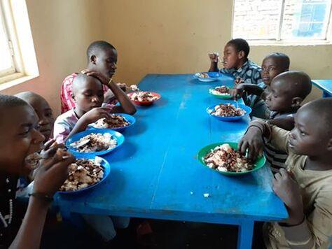 L'image contient peut-être: 6 personnes, personnes qui mangent, personnes assises et nourriture