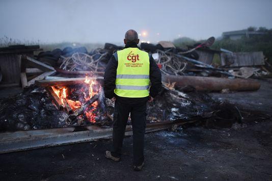 Un militant de la CGT lors du blocage de la raffinerie de Donges, le 27 mai.